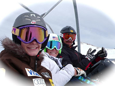 Resi Stiegler (l) and Sarah Schleper on the lift in Valle Nevado, Chile (Resi Stiegler/www.resi-stiegler.com)
