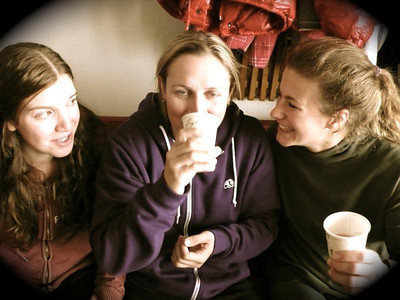 (l-r) Kiley Staples, Hailey Duke and Resi Stiegler sipping hot cocoa in Valle Nevado (Resi Stiegler/www.resi-stiegler.com)