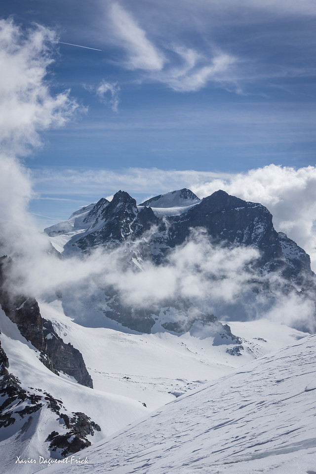 Bergen, Schnee und schleierwolken