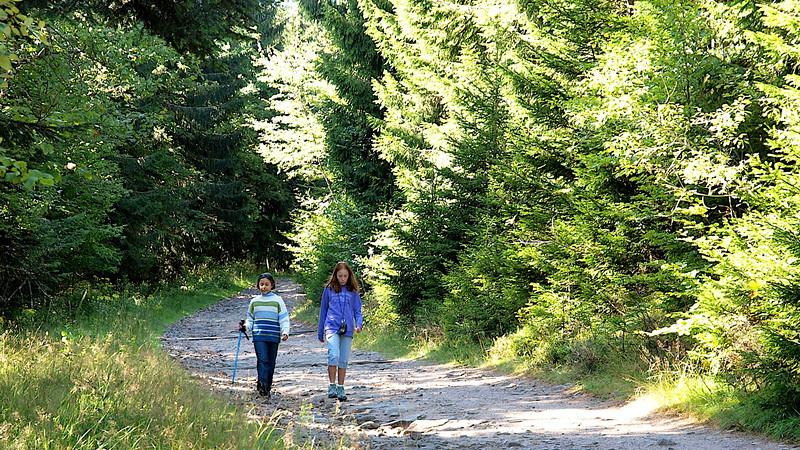 Alex et Louise, inséparables en ce début de randonnée ! [Photo JC]