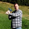 Mathias, volontaire pour fendre du bois [Photo Élise]