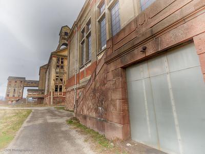 Le bâtiment d'extraction avec son sous-bassement en grès des Vosges