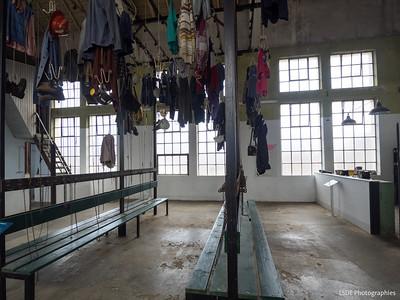 Les vêtements de travail attendent encore les mineurs...