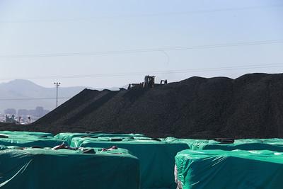 """2019 оны зургаадугаар сарын 18. Улаанбаатарын агаарын бохирдлыг бууруулах зорилгоор өнгөрсөн тавдугаар сарын 15-аас түүхий нүүрсний хэрэглээг хориглосон Засгийн газрын шийдвэр хэрэгжиж эхэлсэн билээ. Үүнээс хойш гэр хорооллын өрхүүд """"Тавантолгой түлш"""" ХХК-ийн үйлдвэрлэсэн сайжруулсан шахмал түлшийг хэрэглэж байгаа.   Тэгвэл өнөөдөр Ерөнхий сайд У.Хүрэлсүх Сонгинохайрхан дүүргийн нутаг дэвсгэрт байрлах """"Тавантолгой түлш"""" компанийн үйл ажиллагаатай танилцлаа. ГЭРЭЛ ЗУРГИЙГ Б.БЯМБА-ОЧИР/MPA"""
