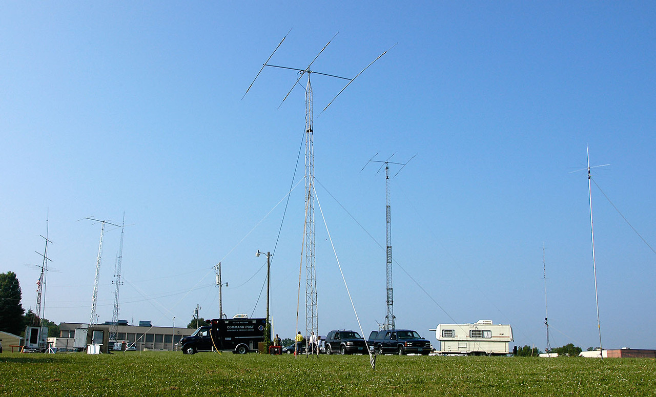 The 2005 RARC Field Day antenna farm. Note that the big tower in the background is actually the tower behind Raytown City hall -<i>Sunday, morning</i>