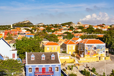 Note the naked chicken mural. Curacao is working on beautifien its old buildings. The naked chicke is supposed to represent the countries openess to all nationalities and faiths.