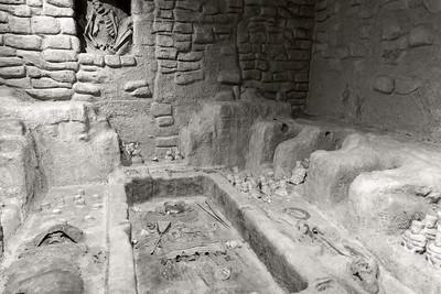 Sipān Tomb Excavation _ bw