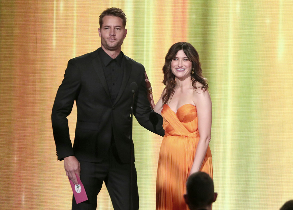 . Justin Hartley, left, and Kathryn Hahn present the award for favorite male artist country at the American Music Awards at the Microsoft Theater on Sunday, Nov. 19, 2017, in Los Angeles. (Photo by Matt Sayles/Invision/AP)