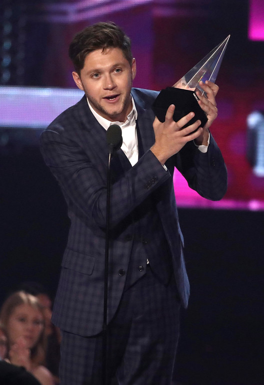 . Niall Horan accepts the award for new artist of the year at the American Music Awards at the Microsoft Theater on Sunday, Nov. 19, 2017, in Los Angeles. (Photo by Matt Sayles/Invision/AP)