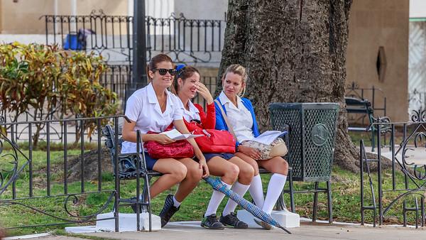school kids, sie merken gerade, dass sie fotografiert werden, am Museum a la Batalla de Ideas, Cárdenas, people