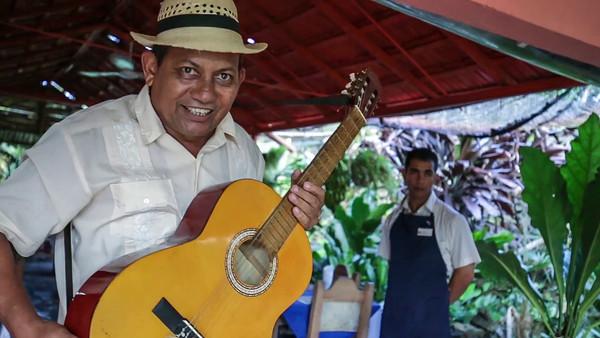 guitarist Candido Beaton at Jardín Botánico de Cienfuegos, Botanic Garden, music