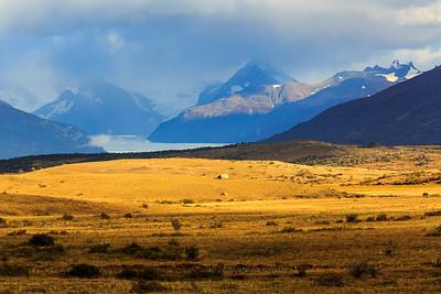 Cerro Paredon (rechts) und Cerro Pietrobelli (links) über dem Perito Moreno Gletscher aus ca. 60 km Entfernung