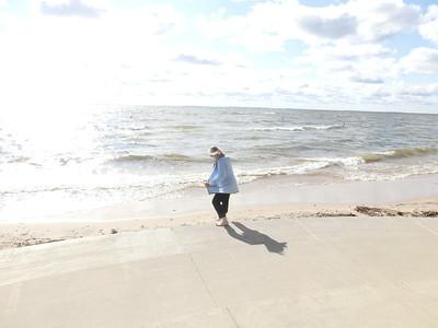 Linda känner på vattnet