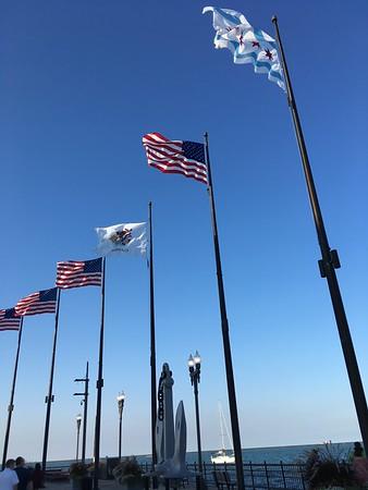 Flaggorna för USA, Illinois och Chicago längst ut på Navy Pier