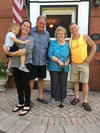 Carol Larsson, kusin med min mamma, och hennes söner, sonhustru och barnbarnsbarn