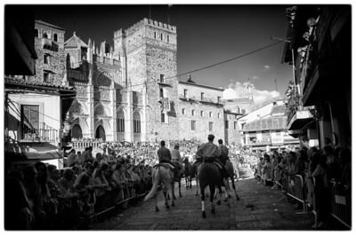 Entrando en la plaza, con bastante gente agolpada para no perder detalle. Pude colarme entre la gente y poder seguir la entrada con los caballos.
