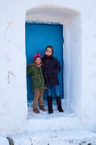 Candela y Julia resguardándose del viento (una buena oportunidad para una foto).