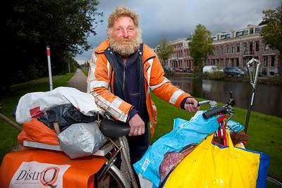 Nederland, Amsterdam, 17 september 2010, Ringdijk Amsterdam, dakloze man met zijn hebben en houden op de fiets.foto: Katrien Mulder