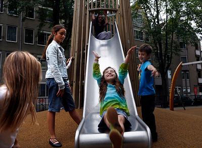 foto's voor DMB spelende kinderen glijbaan speeltuin haarlemmer houttuinen september 2006 foto: Katrien Mulder