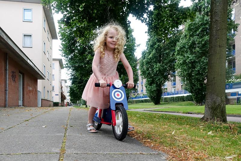 Nederland, Amsterdam, Cruquiusweg, engels meisle op engelse motorfiets, foto: Katrien Mulder