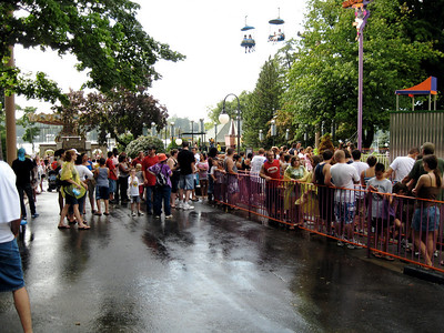 The queue for Skater. It's crowded, even though there was rain.