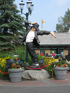 Another photo of the Michael Jackson statue.
