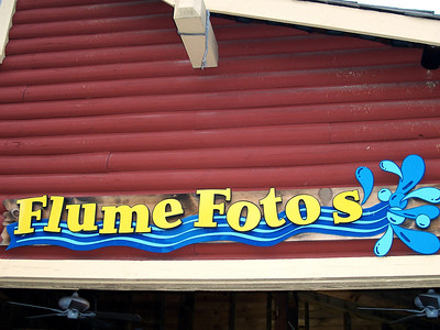 The Flume Fotos sign was fixed!  They removed the superfluous apostrophe.