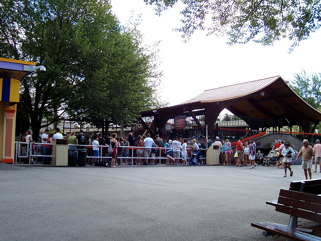 This was the Yankee Cannonball queue at 10:40am, before rides opened at 11:00am.