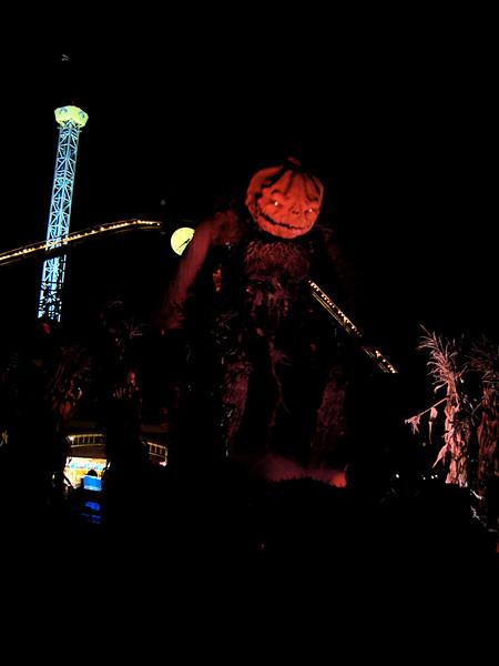 The pumpkin head at night.