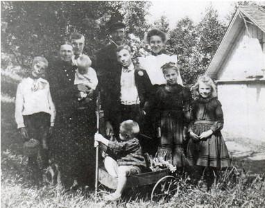 Front: Edwin; Row 2: Richard, Margaret holding Ellen, Hilary, Dorothea, Nora; Back: Bill, John M., Emma