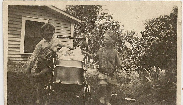 One of the few photos of Annetta Belle Common, before she died at 4.