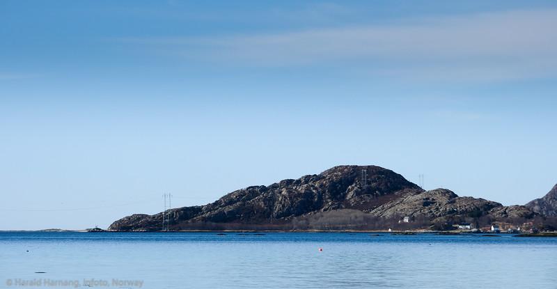 Deler av Revelsøya fotografert fra Storvika nær Skarstad. Fyrlykta helt til venstre i bildet. Denne passet Alma i en årrekke.Alma bodde i huset helt til høyre i bildet, delvis skjult i skogen. Foto 18. april 2021.
