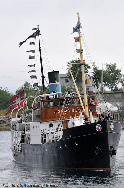 Lofoten sommer 2008. Svolvær. DS Børøysund (på sommerbesøk i Lofoten) legger fra kai i Svolvær med passasjerer ombord.