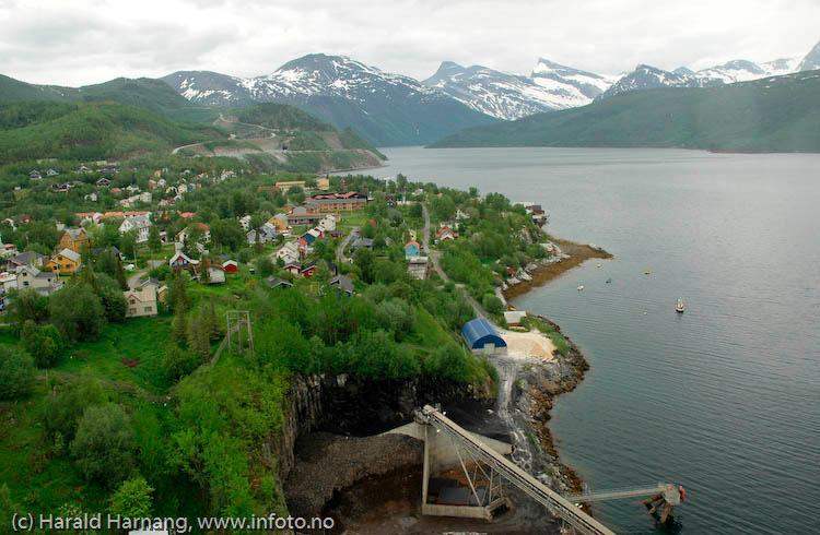 Kjøpsvik, deler av tettstedet fotografert fra en av Norcems-siloer.