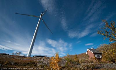 Eldre hytte som ble liggende nesten ved mastefoten til en av møllene. Nordkraft Vind: Møllepark på Skitdalshøgda. 15. sept 2014.