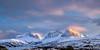 """Fjellrekka i sør i ytre Efjord. Midt på Kuglhornet. Stetind skjult i skyene. Så """"Eidetindene"""". Foto en ettermiddag i slutten av februar med lav sol inn fra vest."""