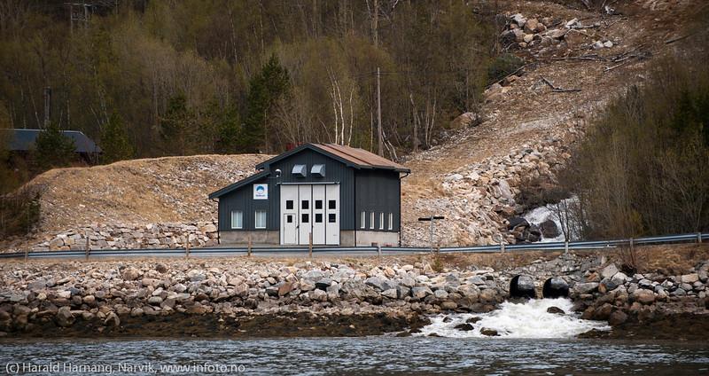 Lappvikelva kraftverk. Småkraftanlegg, vannkraft. Eier: Fjellkraft. Sør-Skjomen nær Lappvik kraftstasjon.  Kraftverket produserer 7 GWh årlig, dvs. strøm til ca. 350 husstander. Foto: 19. mai 2014.
