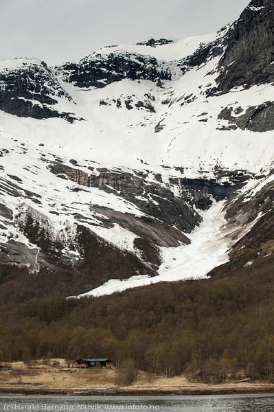 Frostisen, hytte på tuftene av gamle Frostisen gård i Skjomen, på vei inn til Sør-Skjomen.