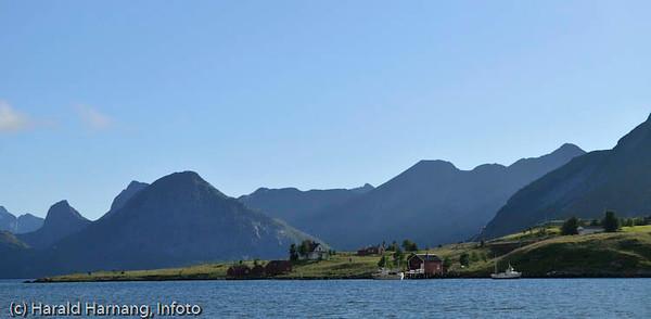 Lofoten sommer 2008. Deler av stedet Krystad, sør for Fredvang.