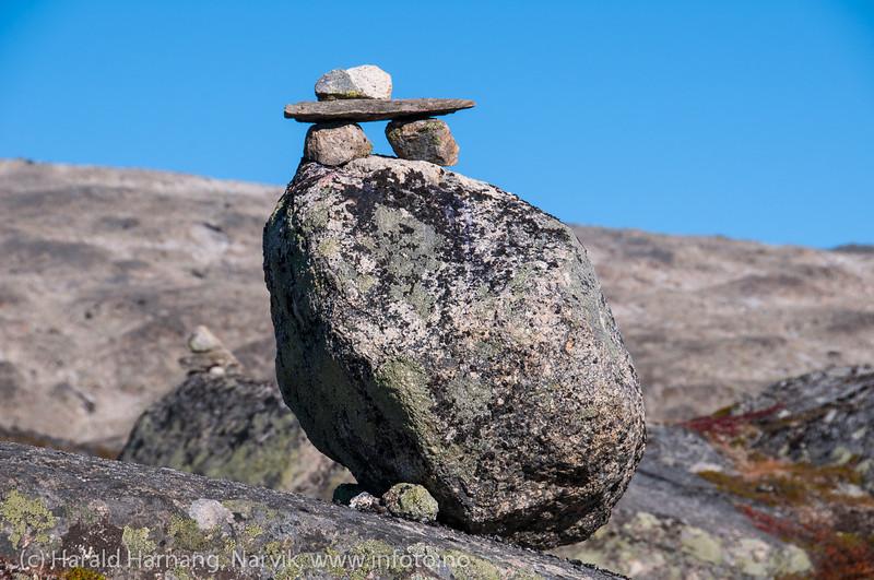 Skjomfjellet: Varde på stien på vei opp mot Storsteinsfjellbreen.