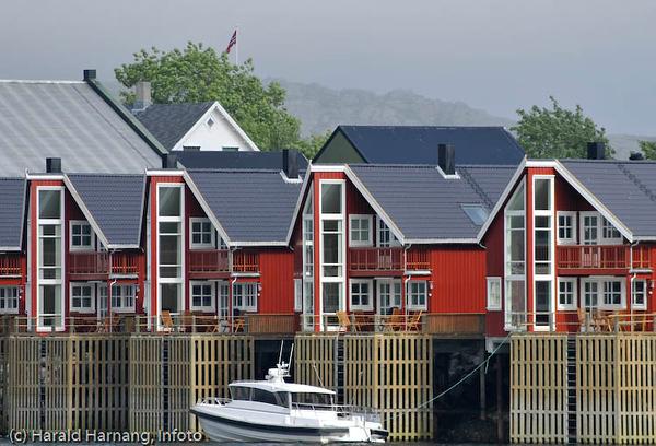 """Lofoten sommer 2008. Moderne """"rorbuer"""" i Svolvær."""