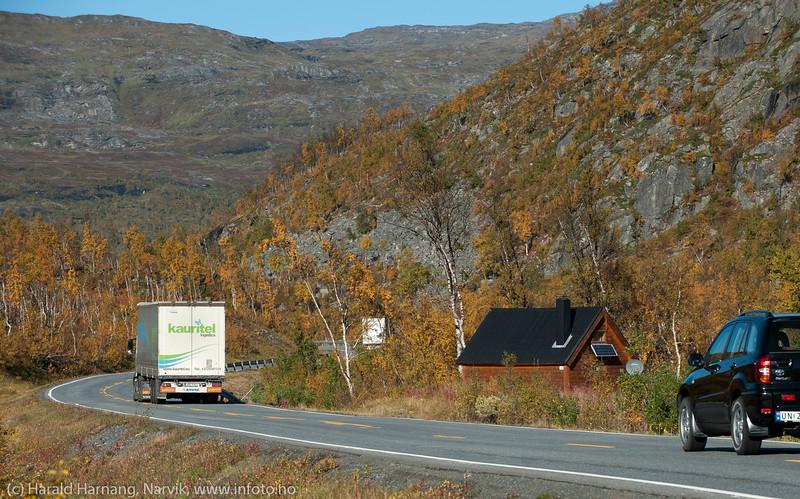 Hytta ved Skogvatnet ligger vel så nærme E10 at brøytebilen hiver snø oppå taket.