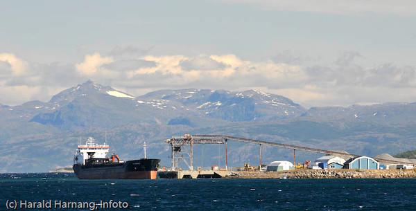 Skip laster på Fornes, nær campingplassen.