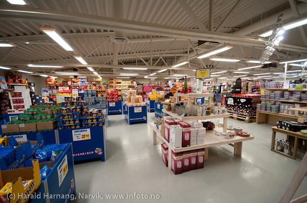 Abisko handlesenter. Stor konkurranse etter at det ble butikk på Katterjåkk. Fredag ettermiddag og svært få kunder.