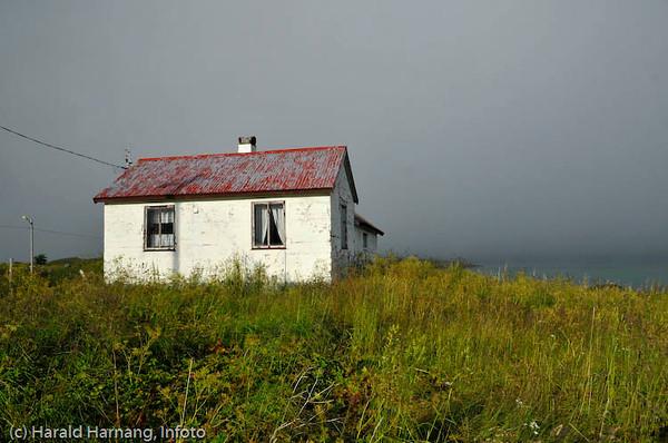 Lofoten sommer 2008. Hus på Krystad, sør for Fredvang. Fjellene ligger inni tåka.