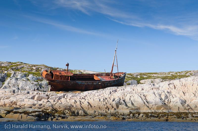 Frakteskuta Evelyn Karin, kastet på land på sørspissen av Barøya under storm for flere år siden. Ingen kom til skade.