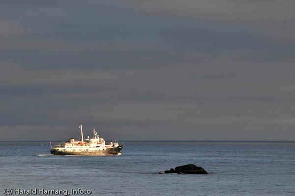 Lofoten sommer 2008. Hurtigruteskipet MS Lofoten på tur mot Stamsund etter avgang fra Svolvær, her passeres Henningsvær. Skipet er bygget i 1964.