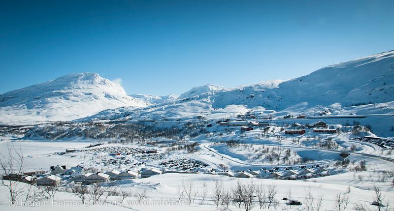Riksgrenseområdet med Lapplandia og Marie Pigg i forgrunnen. Mellomriksveien E10. Foto påske 2012. Foto: (c) Harald Harnang, Narvik.