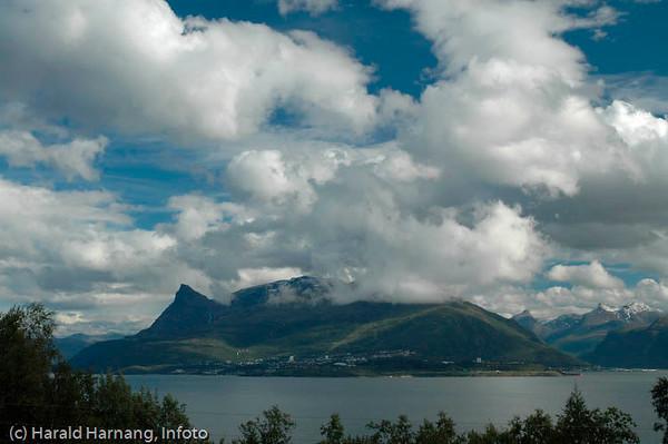 Veggen, fraflyttet område rett ovenfor Narvikhalvøya, tidligere fast bosetting med småbruk. Tidligere en del av Narvik kommune, men siden 1999 utskilt, og nå en del av Evenes kommune. Bildet viser utsikt mot Narvikhalvøya fra Veggen