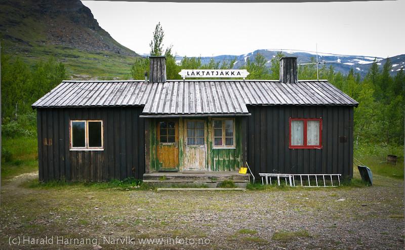 Låktatjåkka holdeplass på svensk side, ved Abisko. Det kan se ut som om den trivelige gamle bygningen er i ferd med å bli pusset opp. Foto sommer 2010.